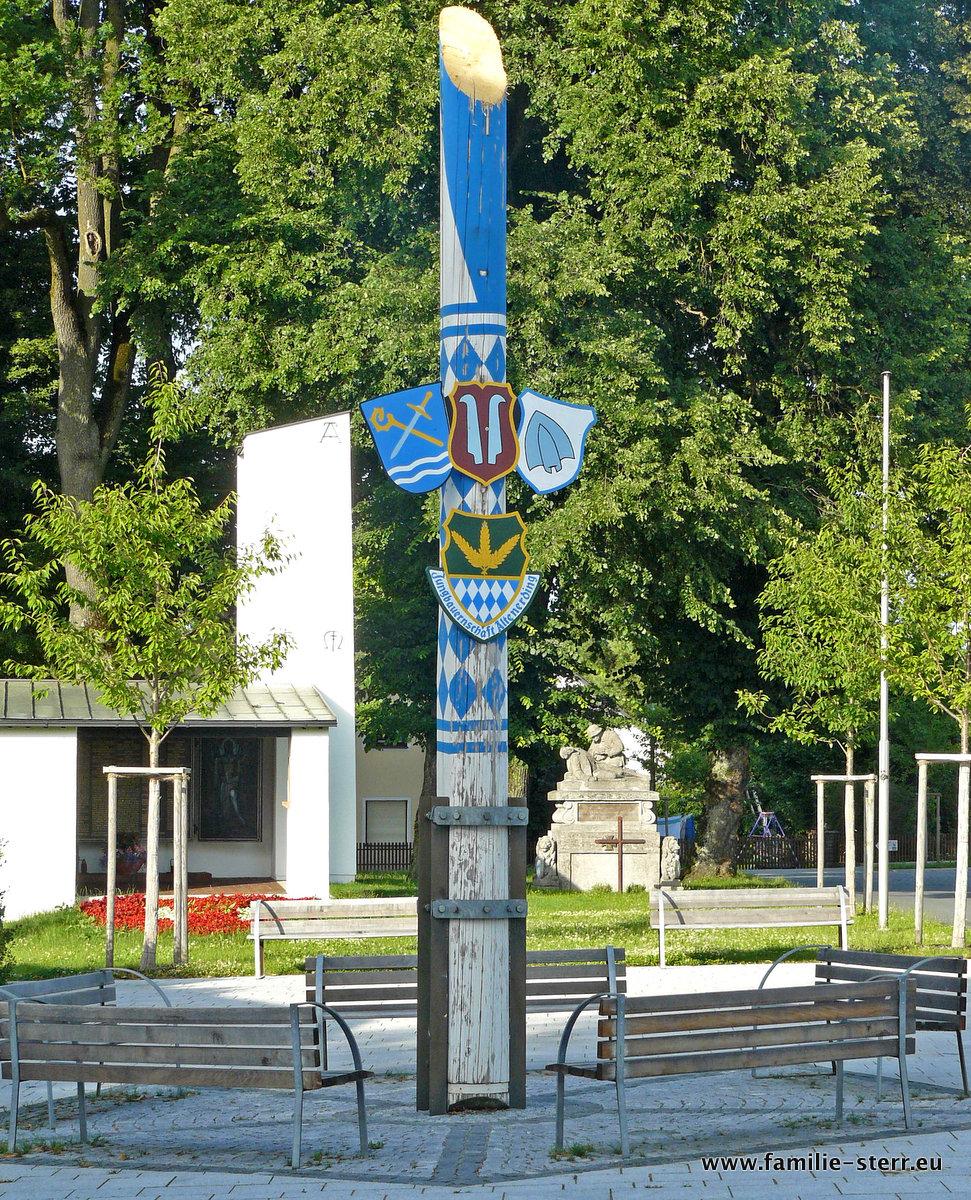 der abgesägte Altenerding Maibaum auf dem Hofmarkplatz