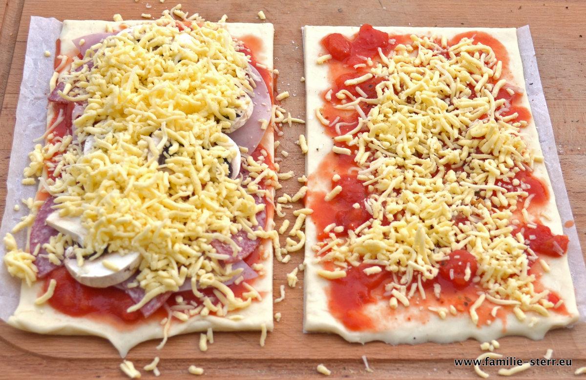 Pizza vom Grill, fertig belegt und bereit für den Ofen