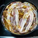 Schichtfleisch im Dutch Oven, bereit zum garen