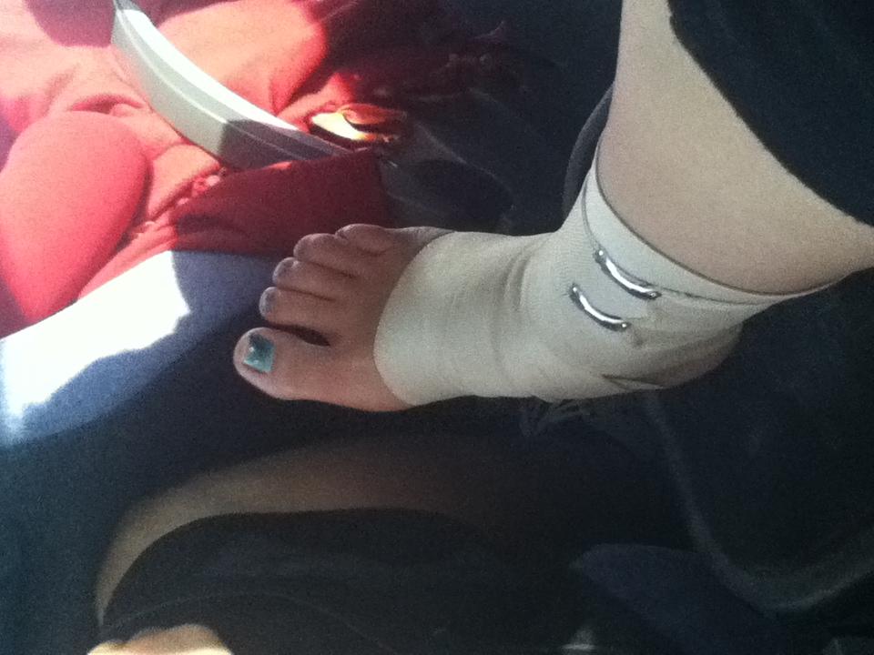 Katharinas Sprunggelenk, mal wieder bandagiert