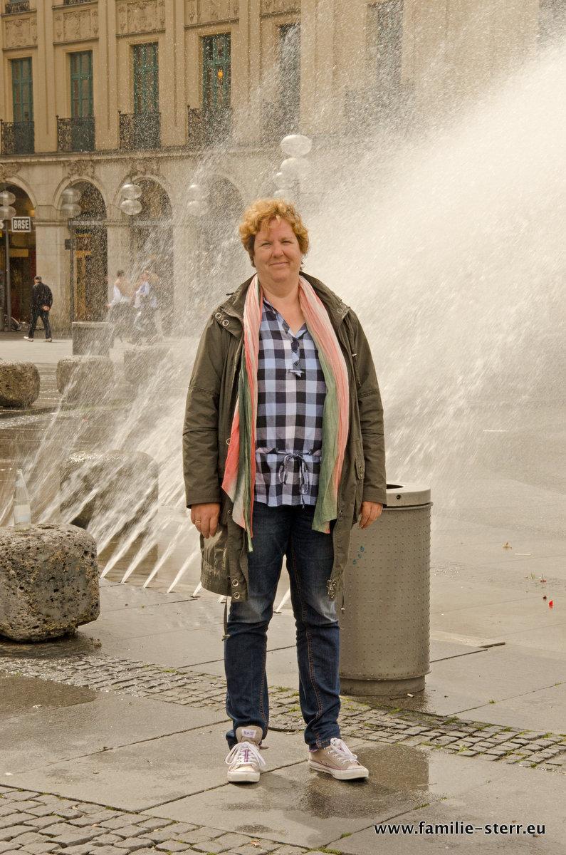 Astrid am Stachusbrunnen in München