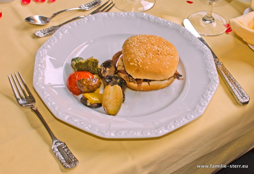 Pulled Beef - Sandwich mit Smokergemüse / Tellerbild