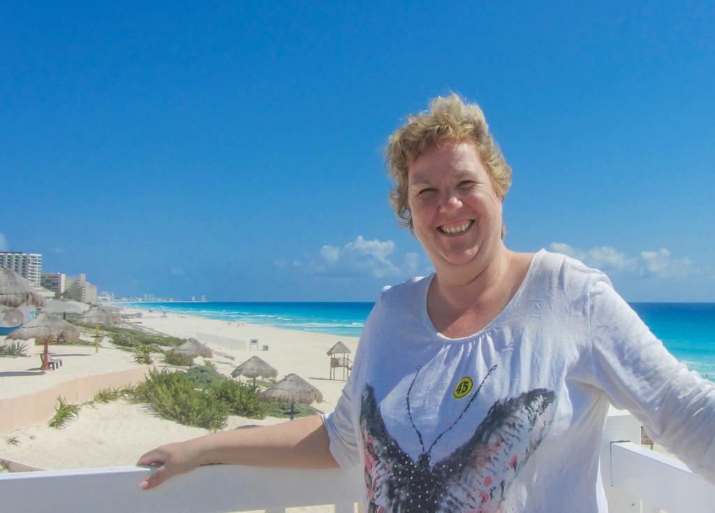 Astrid am weißen Sandstrand