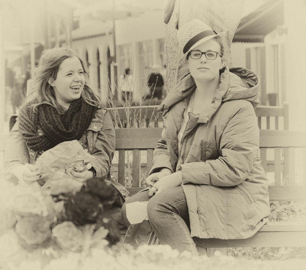 Katharina und Melanie auf der Bank in Landquart