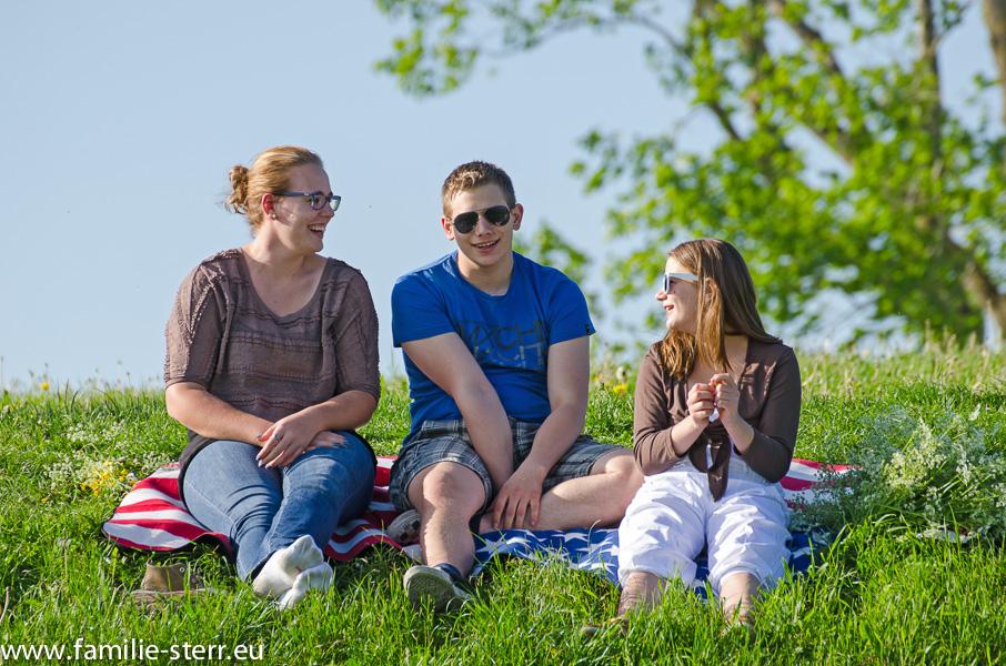 Katharina, Thomas und Isabella auf dem Attachinger Aussichtshügel