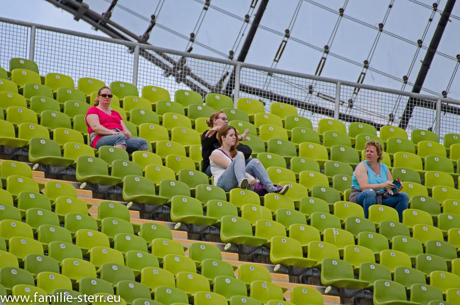 Eva, Astrid, Katharina und Melanie auf der Tribüne im Olympiastadion