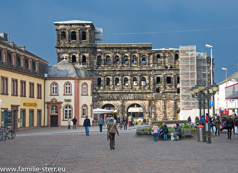 Fußgängerzone mit Porta Nigra in Trier