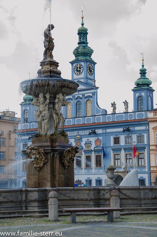 Samsonbrunnen und Rathaus von Budweis