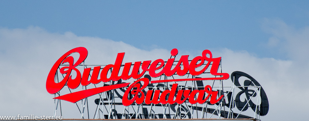 Budweiser - Firmenschild auf dem Brauereigebäude