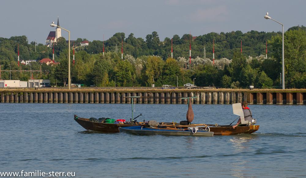 Sportboot vor der Schleusenkammer am Kraftwerk Wallsee