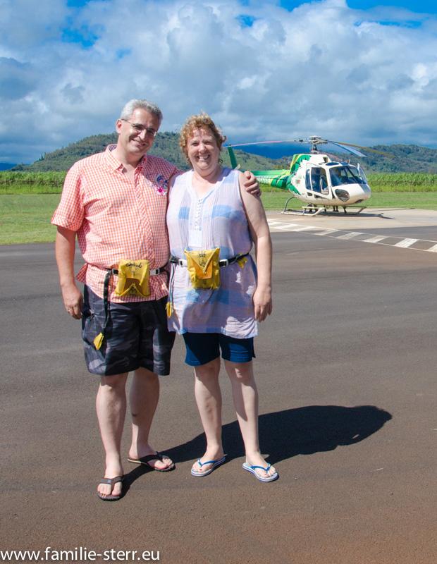 Astrid und Thomas vor dem Helikopter