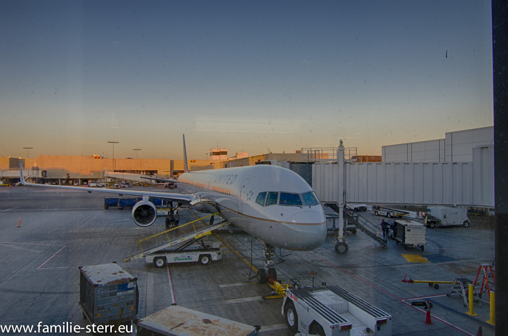 United Boeing 757-300 bei Sonnenaufgang in LAX