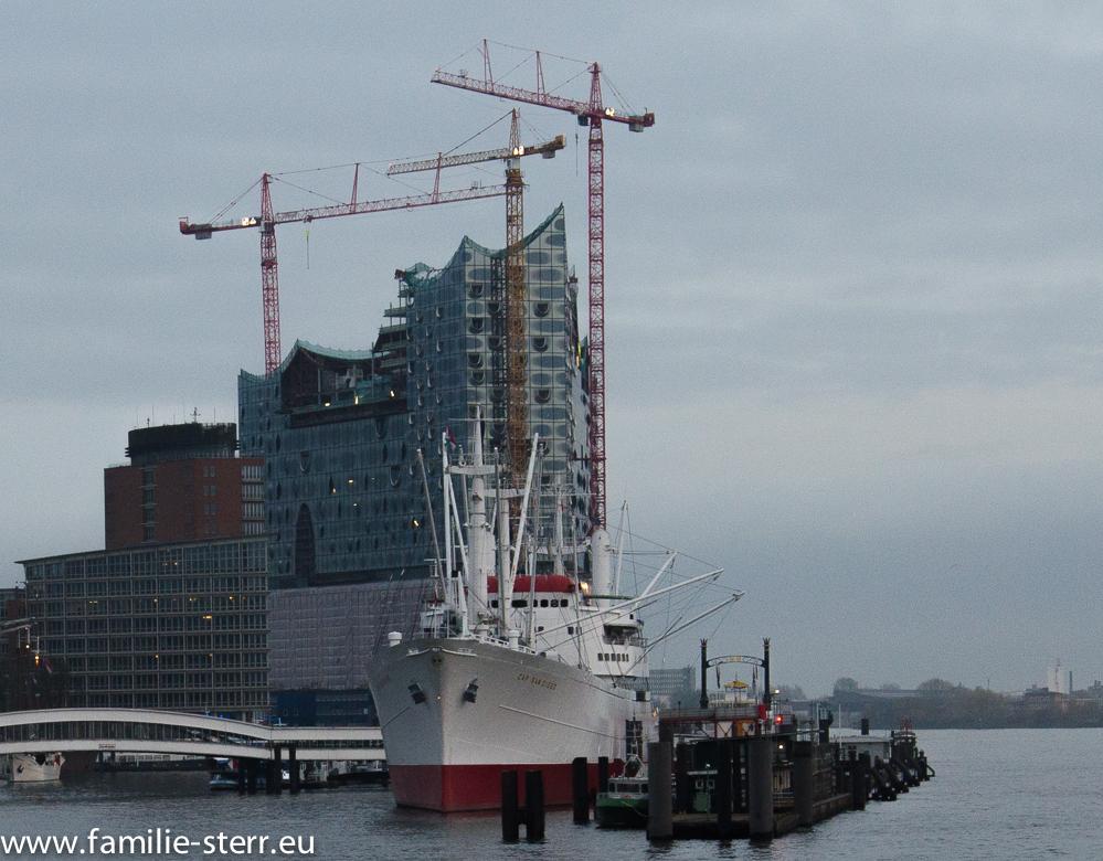 Elbphilharmonie Hamburg bei der Hafenrundfahrt aufgenommen