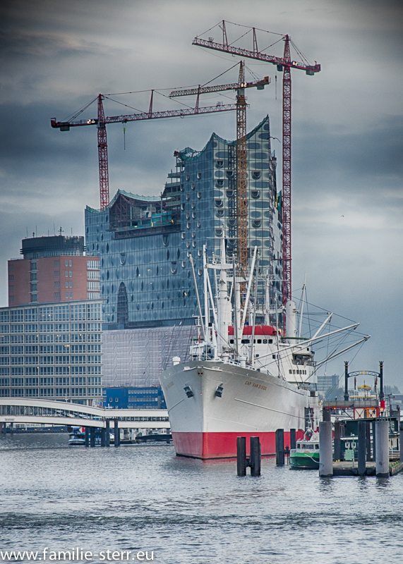Elbphilharmonie Hamburg von den Landungsbrücken aus