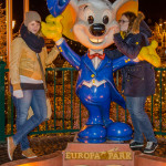 Katharina und Melanie bei der Europamaus am Eingang zum Europapark