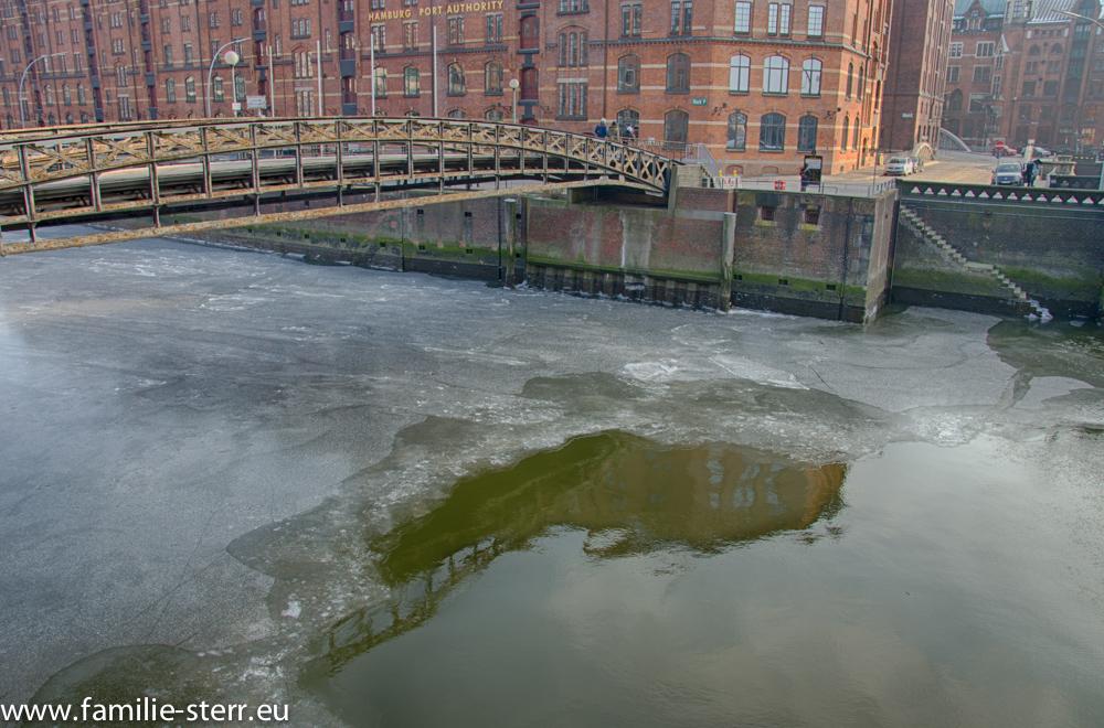 gefrorener Zollkanal am Dovenfleet in Hamburg