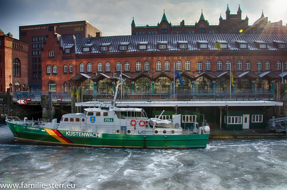 "Zollschiff ""Oldenburg"" im gefrorenen Zollkanal  vor dem Zollmuseum Hamburg"