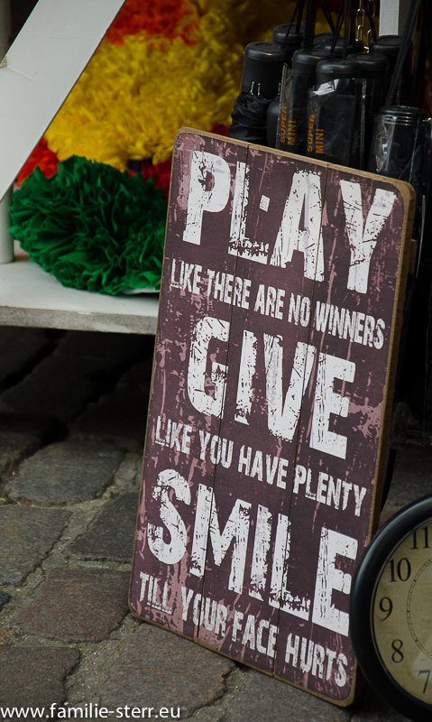 "Schild ""Play - Give - Smile"""