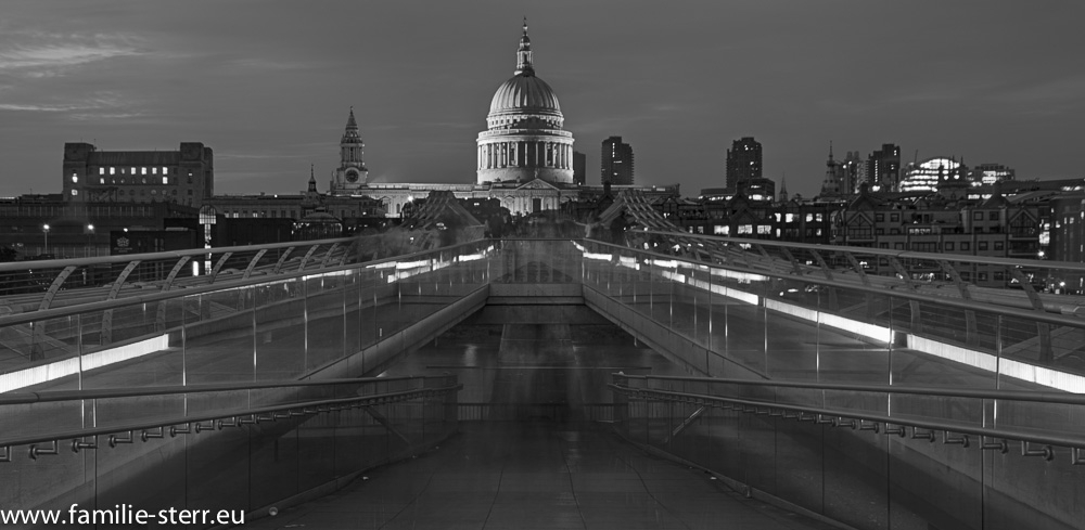 London - Millennium Bridge und St. Paul's Cathedral