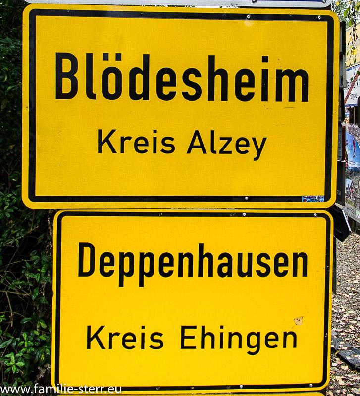 Ortsschilder Blödestem und Deppenhausen im Fernwehpark in Hof