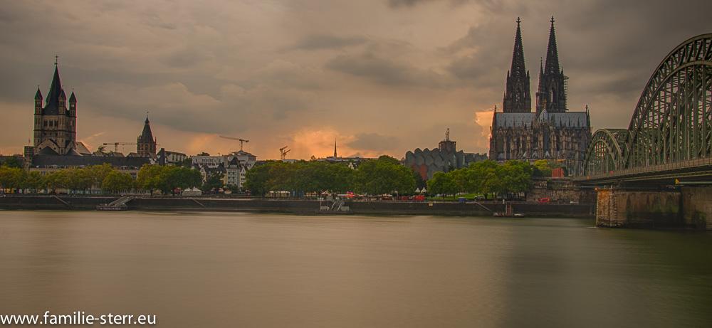 Köln - Altstadt mit Dom am späten Nachmittag
