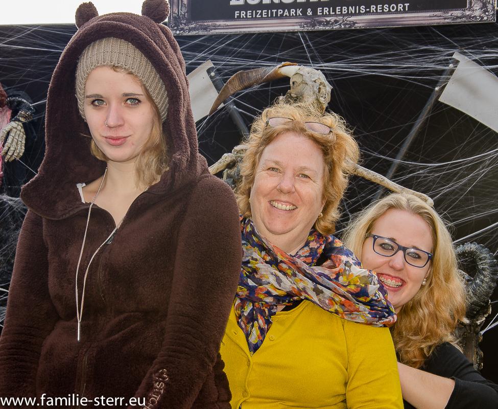 Melanie, Astrid und Katharina auf dem Gruselthron im Europapark