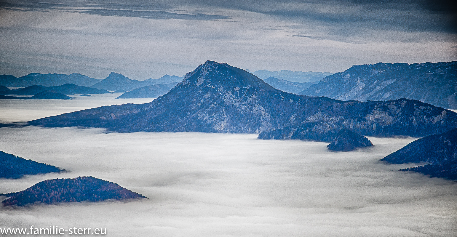 Gipfel ragt aus dem Nebel