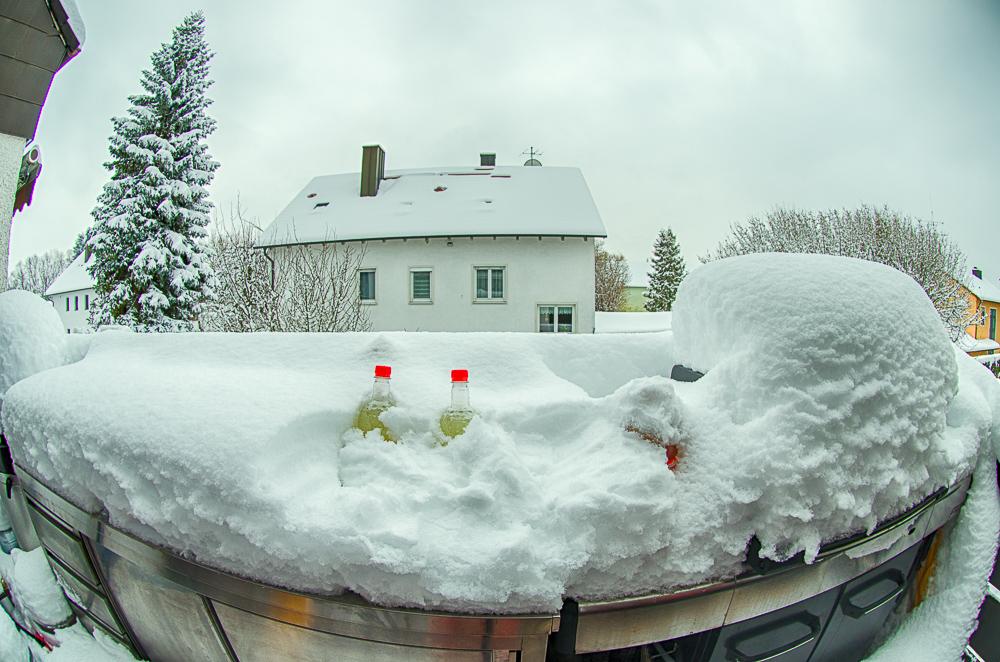 verschneiter Grillplatz vor der Wintervergrillung