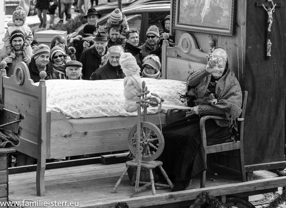 Oma auf dem Aussteuerwagen / Bauernhochzeit Altenerding