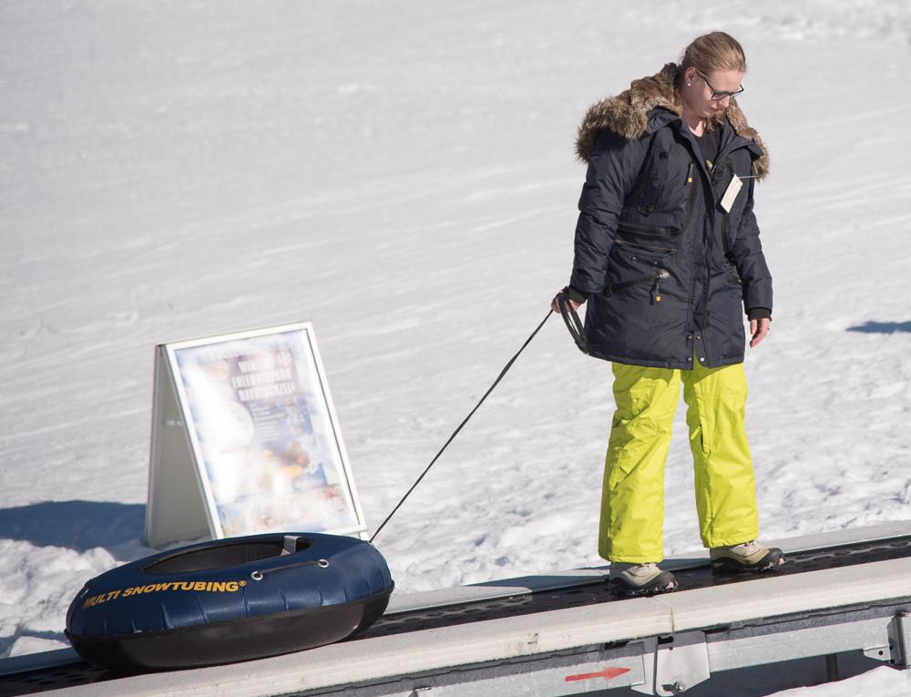Katharina auf dem Lift zum Snowtubing in Bayrischzell