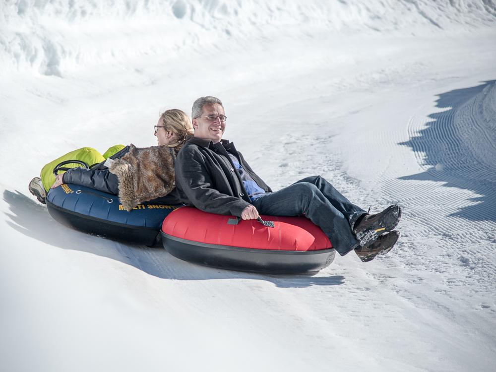Katharina und Thomas beim Snowtubing in Bayrischzell