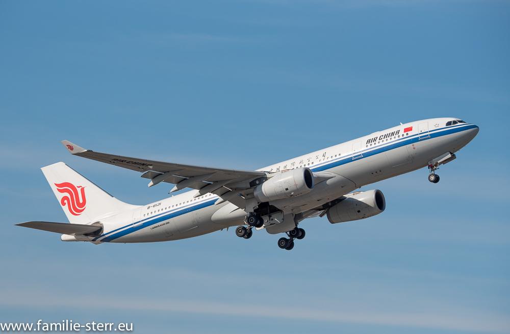 eine A 330-200 der Air China beim Start am Flughafen München