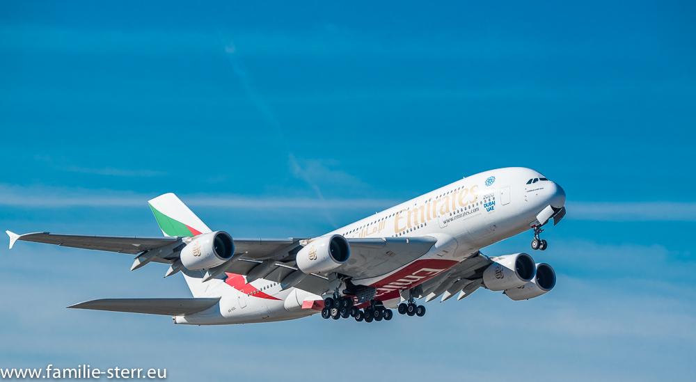 Airbus A380-800 von Emirates kurz nach dem Start am Flughafen München