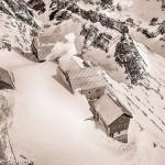 verschneite Häuser auf dem Gipfel des Säntis