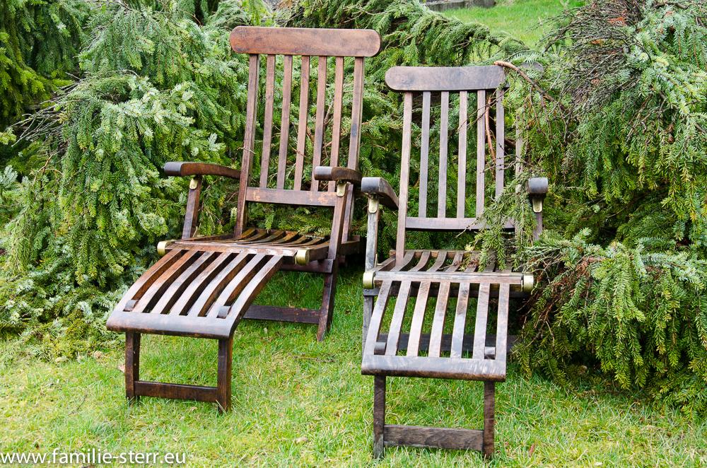 Liegestühle vor dem vom Sturm gefällten Baum