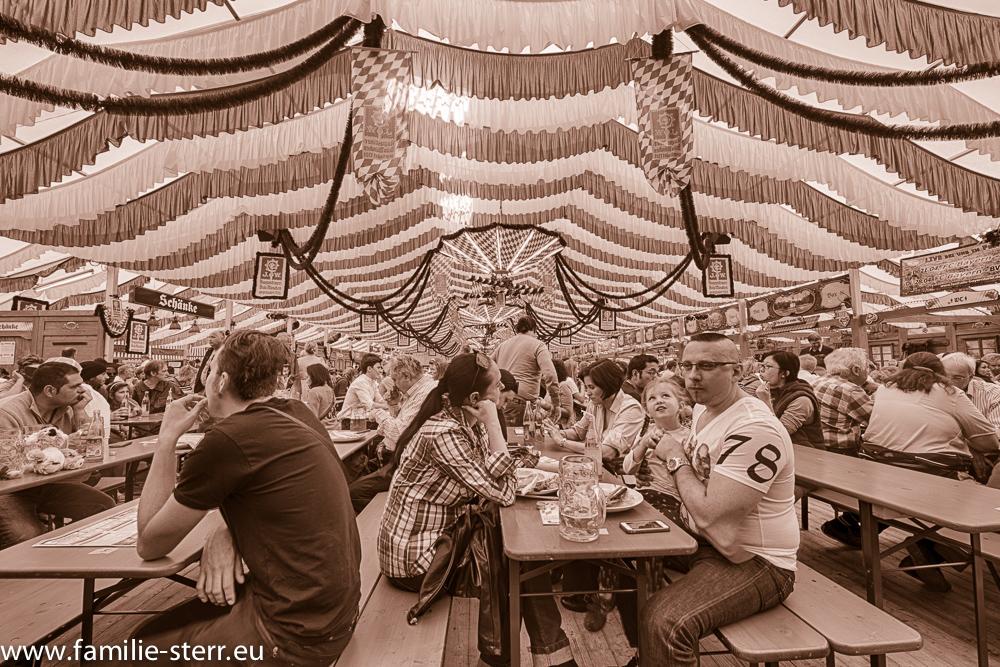 Augustiner Festhalle auf dem Frühlingsfest München (schwarz-weiss)