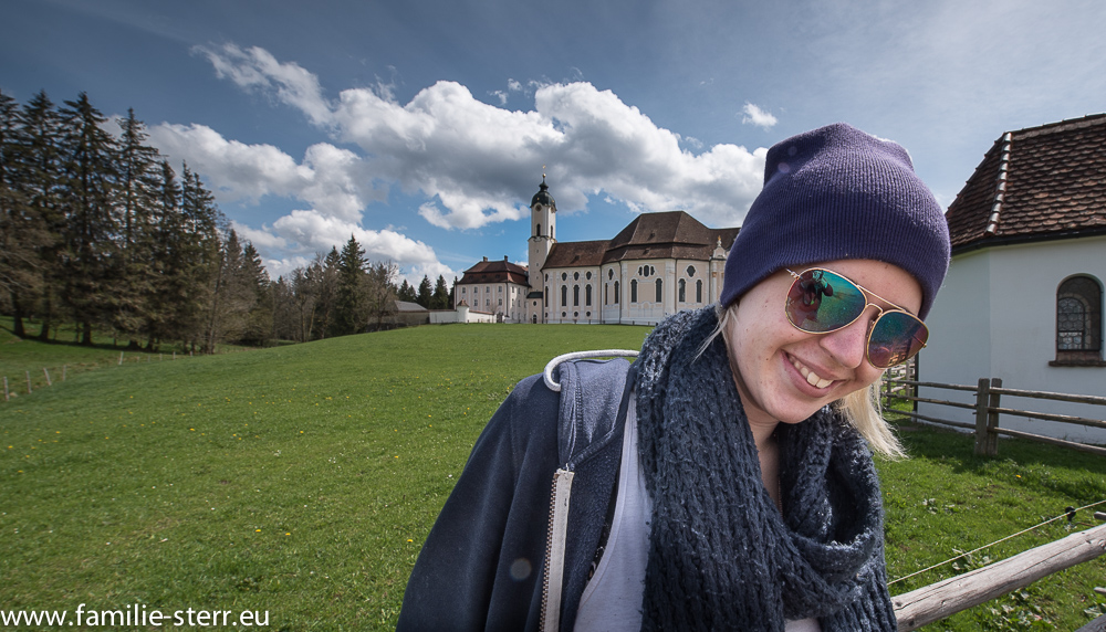 Melanie vor der Wieskirche bei Steingaden im Pfaffenwinkel