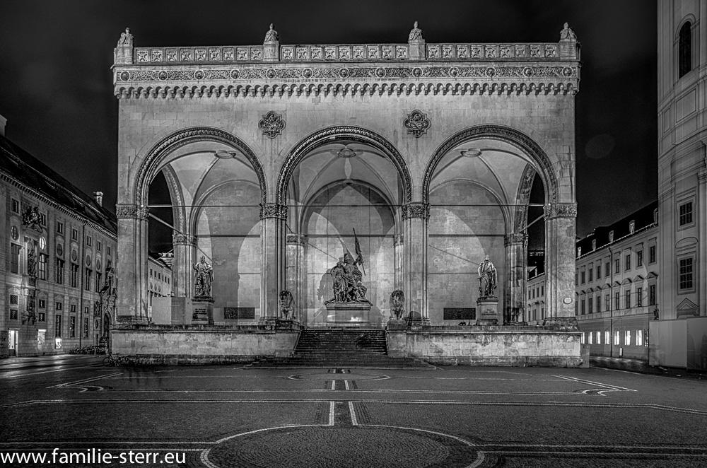 Die Feldherrnhalle in München bei Nacht (schwarz-weiß)