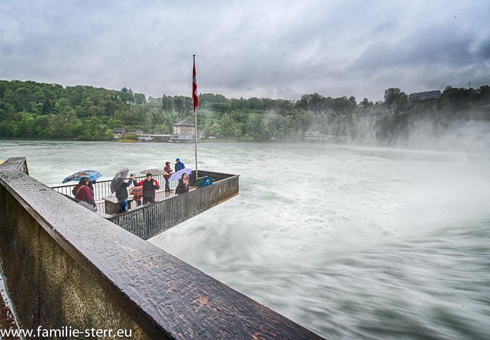 Aussichtsplattform am Rheinfall unterhalb von Schloss Laufen