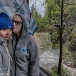 Katharina und Melanie vor einem Wasserfall in der Rappenlochschlucht
