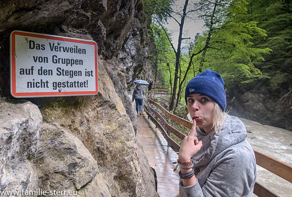 Melanie und Hinweisschild in der Rappenlochschlucht bei Gütle / Dornbirn
