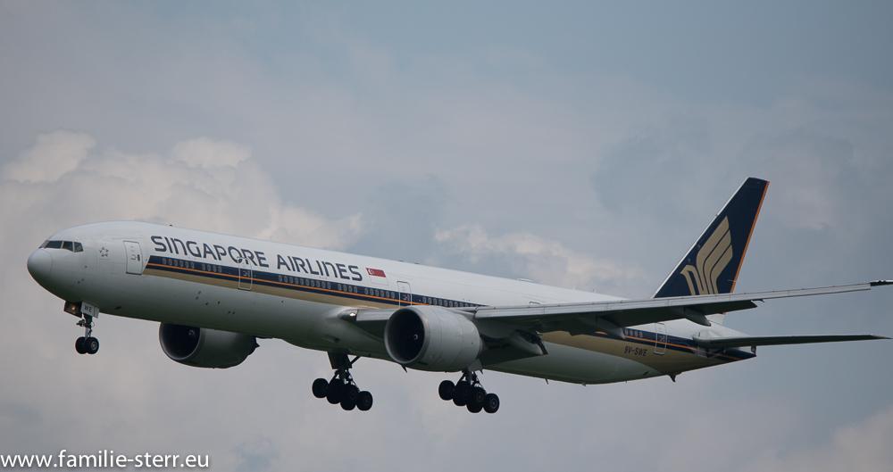 Boeing 777 der Singapore Airlines beim Landeanflug auf den Flughafen in München