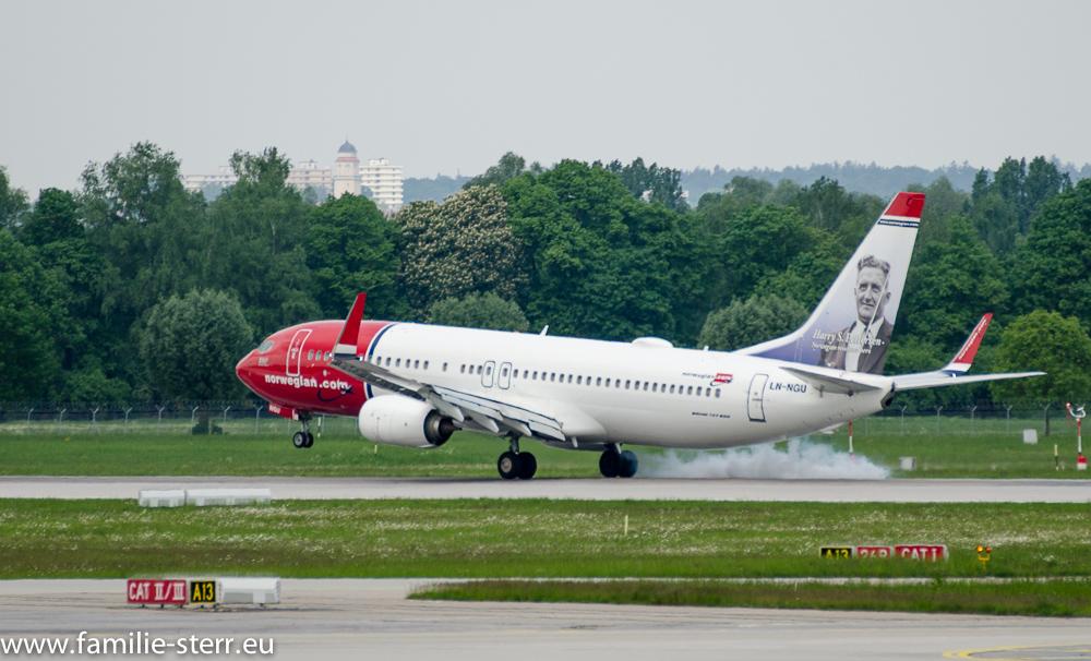Boeing 737 der Norwegian Airlines bei der Landung auf der nördlichen Startbahn am Flughafen München