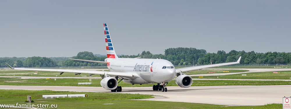 Airbus A330 der American Airlines am Flughafen München auf dem Rollweg zum Start
