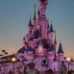 Disneyschloss in abendlicher Beleuchtung / Disneyland Paris