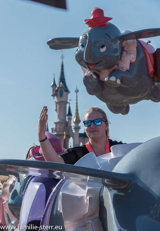 "Katharina in ""Dumbo's Flight"" vor dem Disneyschloss"