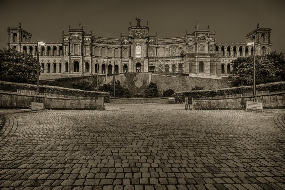 Der Sitz des bayerischen Landtags in München - Haidhausen am späten Abend