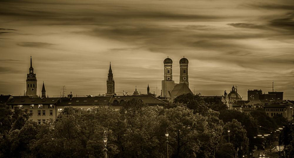 Blick vom Maximilianeum über die Münchner Skyline bei Sonnenuntergang