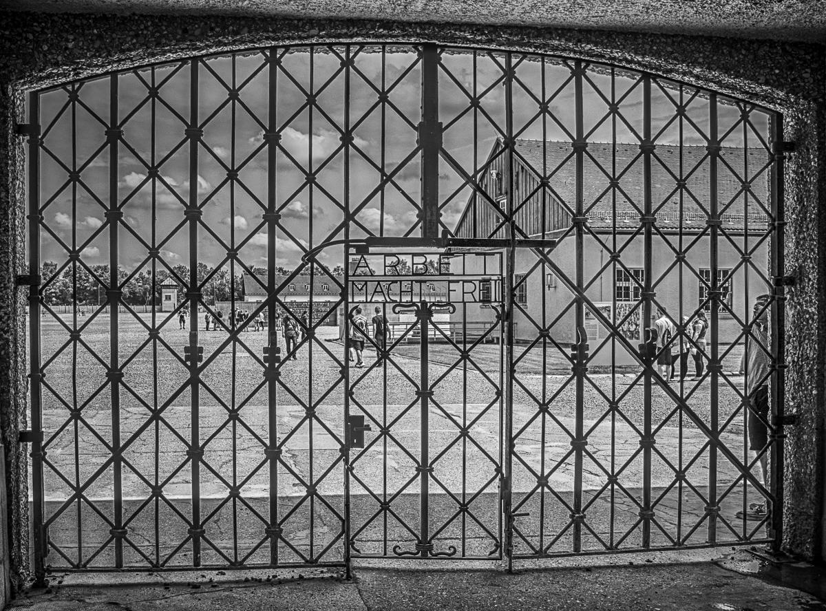 """Tor am KZ Dachau mit der Inschrift """"Arbeit macht frei"""""""