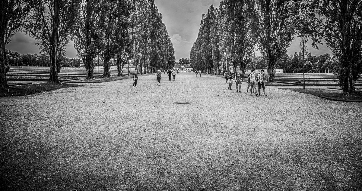 Lagerstraße im KZ Dachau